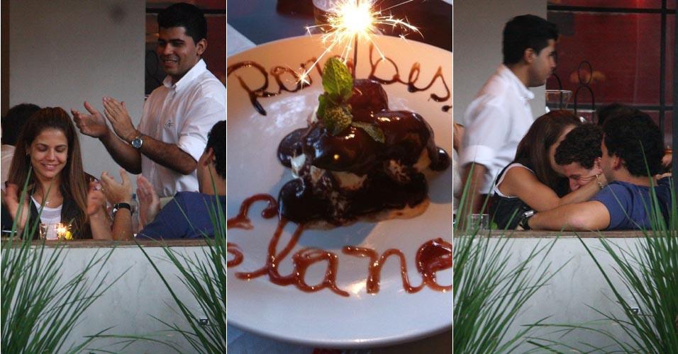 Nívea Stelmann comemora o aniversário do namorado, o jogador Elano, em restaurante no Rio de Janeiro.