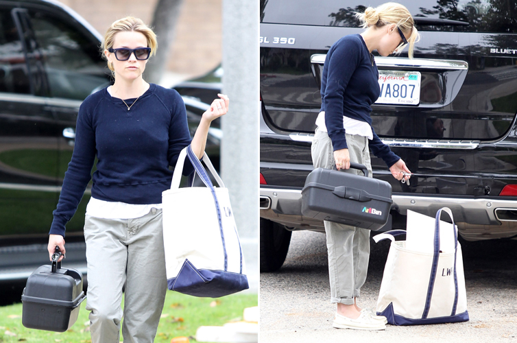 A atriz Reese Witherspoon vai a uma aula de arte no bairro de Pacific Palisades, em Los Angeles (22/6/11)