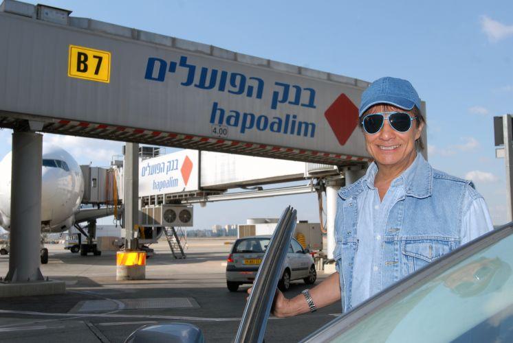 O cantor Roberto Carlos chega ao aeroporto de Israel, onde vai fazer um show no projeto