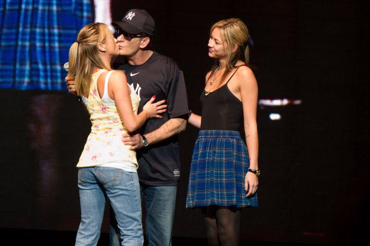 Charlie Sheen beija Natalie Kenley, uma de suas namoradas, durante o show