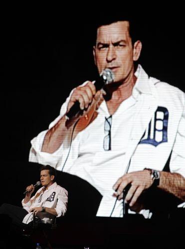 Charlie Sheen durante show em Detroit, o qual não agradou o público, e o ator ouviu diversas críticas (2/4/2011)