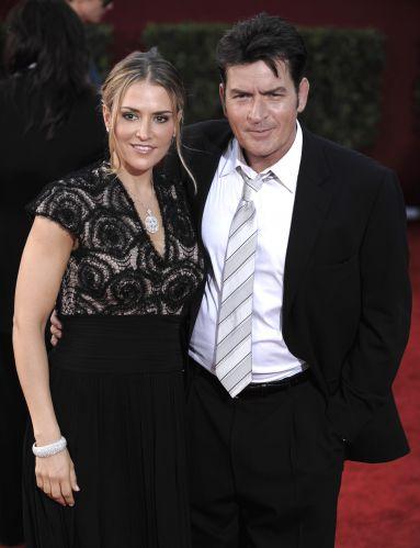 O ator Charlie Sheen com sua ex-mulher Brooke Mueller, em Los Angeles. O casamento acabou em 2010, após Brooke denunciar Charlie por violência doméstica. O ator quis ficar com a guarda dos filhos, sob a acusação de que Brooke era usuária de drogas (20/09/2009)