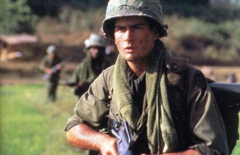 O ator Charlie Sheen em cena do filme