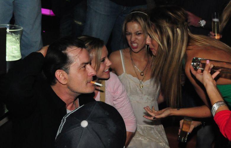 Depois de uma noite de estreia desastrosa em Detroit, Charlie Sheen leva o seu show de comédia à discoteca