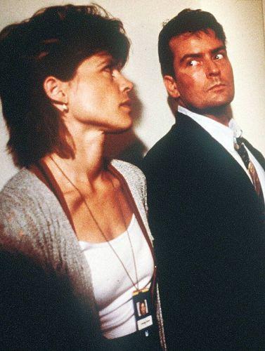 Charlie Sheen e Linda Hamilton em cena do filme