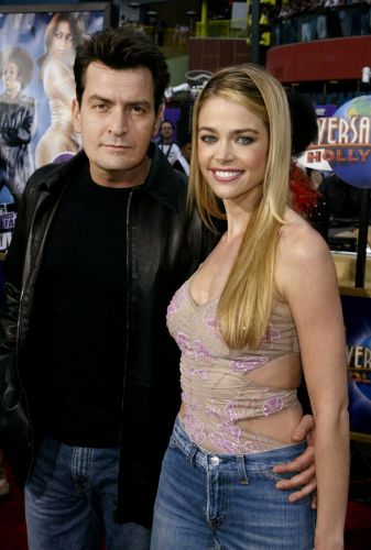 Charlie Sheen e Denise Richards durante pré-estréia do filme
