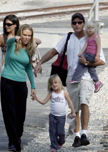 Charlie Sheen e Brooke Mueller passeam com as filhas na Disney (2/6/2010)