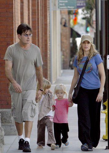 Charlie Sheen e Booke Mueller passeam com as filhas em Las Vegas (11/11/2007)