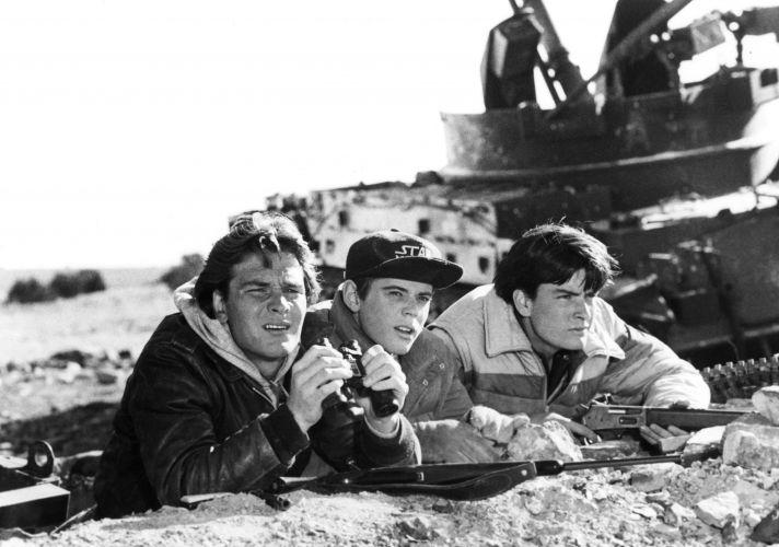 Nesta foto de 1984 os atores, da esquerda, Patrick Swayze, C. Thomas Howell e Charlie Sheen são mostrados em uma cena do filme,