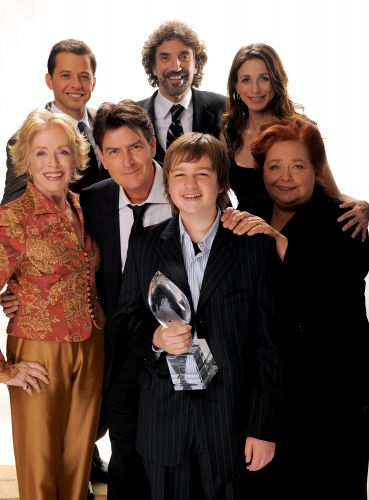 Charlie Sheen ao lado dos atores da série