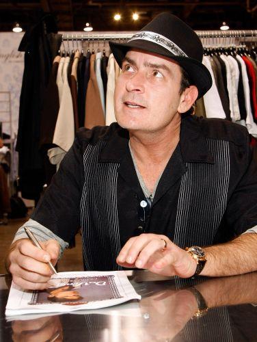 O ator Charlie Sheen posa com uma das camisas de sua coleção
