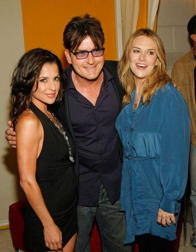 Atriz Kelly Monaco, o ator Charlie Sheen e sua ex-esposa Brooke Sheen participam de evento de gravuras, em Las Vegas (18/4/2009)