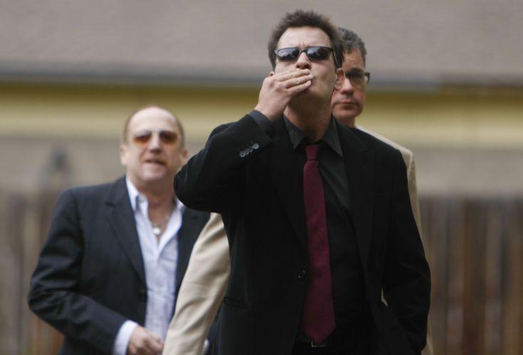 Charlie Sheen manda beijos para os fãs ao chegar no tribunal em Aspen, Colorado. O ator é acusado por violência doméstica contra sua ex-mulher Brooke Mueller (2/8/2010)