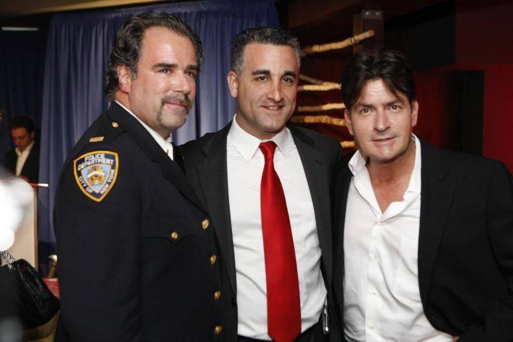 Charlie Sheen posa durante evento contra a desintoxicação em Hollywood. Foram realizados 900 tratamentos pelo programa de caridade (27/3/2008)