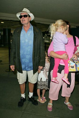 Com um visual divertido, de calção e chapéu na cabeça, o ator norte-americano Charlie Sheen leva as filhas Sam e Lola Rose (do seu antigo casamento com Denise Richards) ao cinema (10/11/2008)