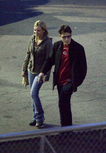 Charlie Sheen anda com uma mulher não identificada até a porta do teatro, em Detroit, antes de começar seu show (2/4/2011)