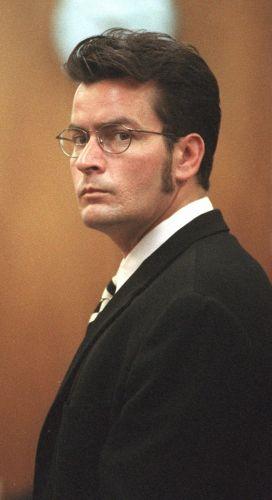 O ator quase morreu de overdose durante seu julgamento. O juiz decidiu libertá-lo da prisão para reabilitação (16/11/1998)