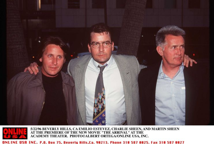 Charlie Sheen posa ao lado do irmão (à esq.), Emilio Estevez e do pai Martin Sheen durante a estreia do filme