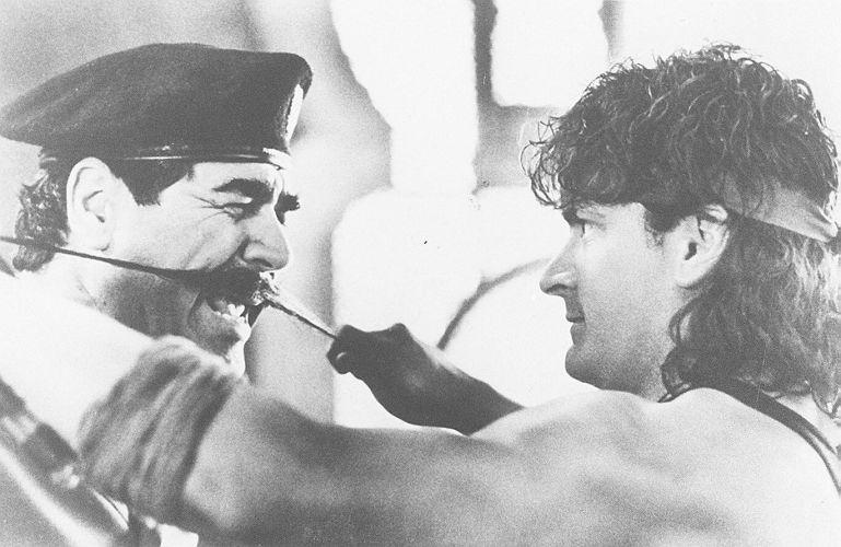 O ator Charlie Sheen [à direita] em cena do filme Top Gang 2 (10/01/1995)