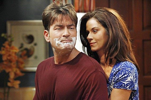 Os atores Charlie Sheen e Jennifer Taylor em cena da série