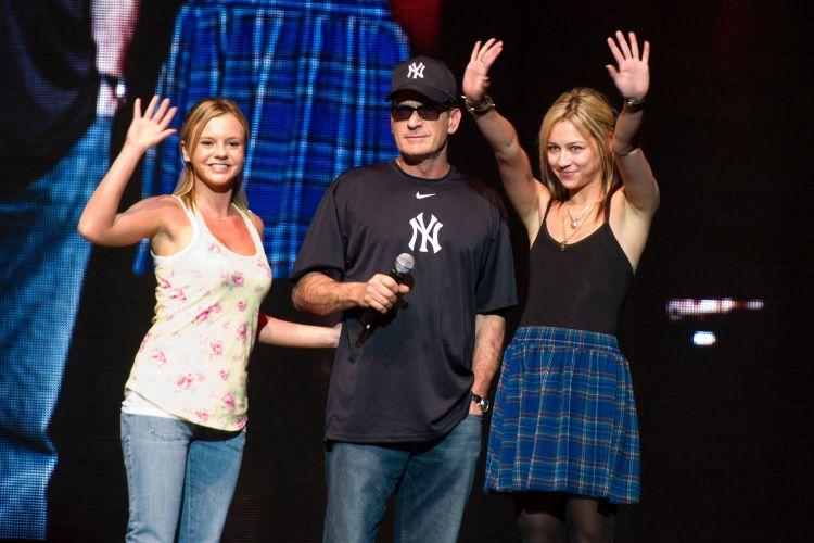 Charlie Sheen aparece no palco com suas