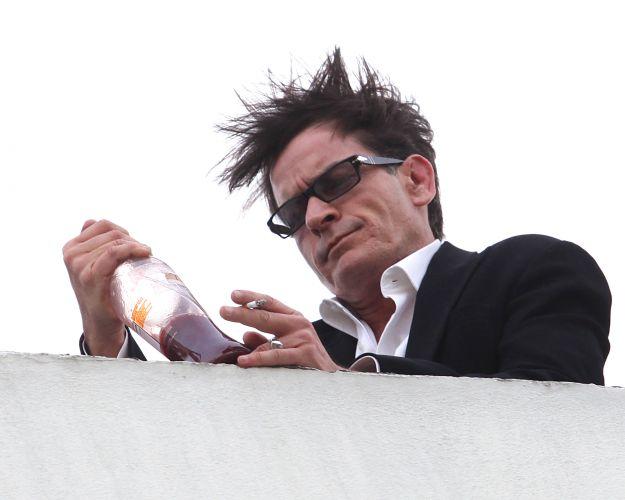 Bêbado,Charlie Sheen fez uma aparição no prédio do escritório da empresa Live Nation, em Beverly Hills. O ator fingiu beber uma garrafa que continha 'Tiger Blood' (sangue de tigre), uma referência à uma frase polémica dita por ele em uma entrevista ao programa 'Good Morning America' (9/3/2011)