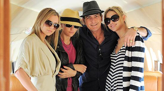 Charlie Sheen posa ao lado de Bree Olson (à esq.), Brooke Mueller (ex-mulher) e Natalie Kenly (à dir.) em avião particular. Bree e Natalie são suas namoradas (2011)