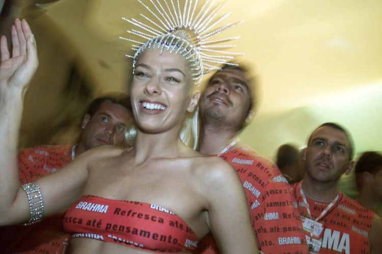 Com o namorado Rogério Gallo, que já era diretor da Band, no Carnaval do Rio de Janeiro (25/02/01). A relação dos dois teve idas e vindas e terminou de vez em 2003