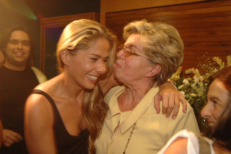 Adriane e sua companhia inseparável, a mãe, Dona Emma, em São Paulo (14/4/06)