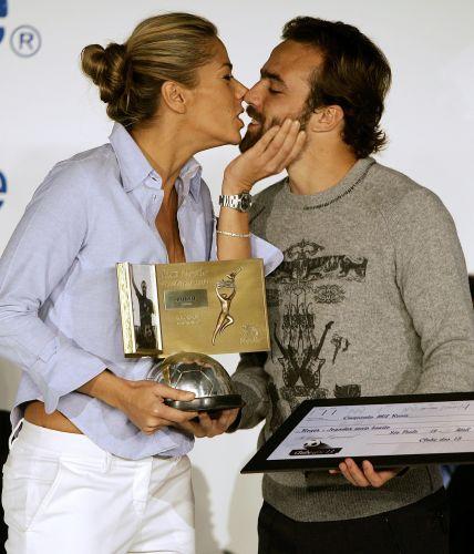 Adriane Galisteu entrega prêmio de jogador mais bonito do Campeonato Brasileiro 2005 ao namorado Roger Flores, considerado pela loira como o seu