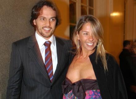 Ao chegar com o deputado Fábio Faria (PMN-RN), seu namorado na época, ao Teatro Municipal de São Paulo para assistir ao Mikhail Baryshnikov, Galisteu não percebe que seu vestido cai (24/7/07). Após o episódio, Adriane contou que