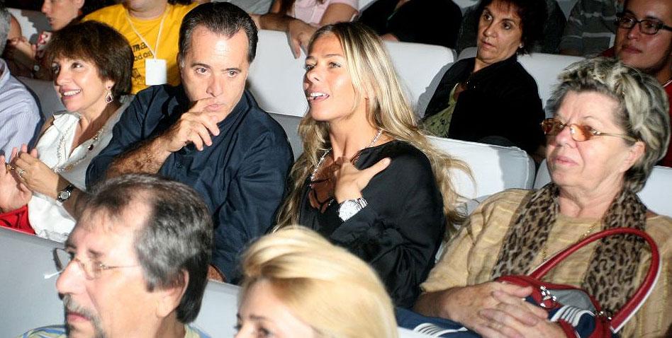 Lidiane, Tony Ramos, Galisteu e sua mãe, dona Emma, aguardam o início do filme