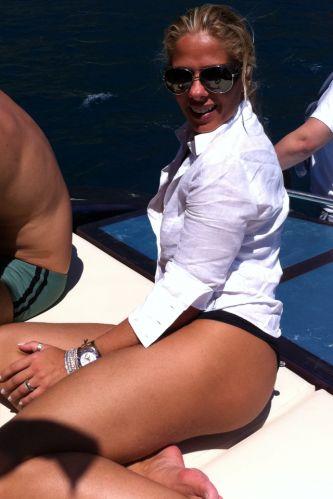 Adriane Galisteu foi clicada pelo amigo e cabeleireiro Marco Antônio de Biaggi durante passeio de barco pelo Mar Mediterrâneo. Biaggi postou a imagem em seu perfil no Twitter.