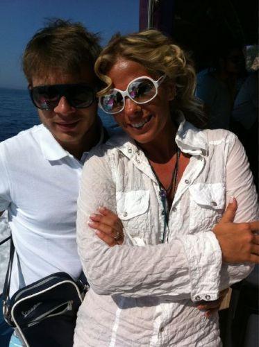 Adriane Galisteu e Thiago Fortes durante passeio de barco pelo Mar Mediterrâneo, no ensaio da