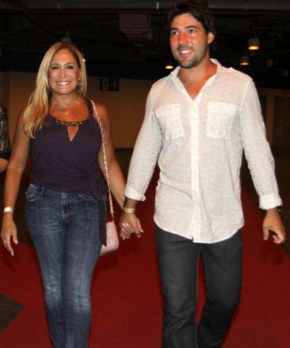 O casal Susana Vieira e Sandro Pedroso chega para o show de Amy Winehouse no Rio de Janeiro (10/1/11)
