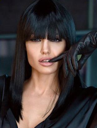 Angelina Jolie usa peruca preta para ensaio para a