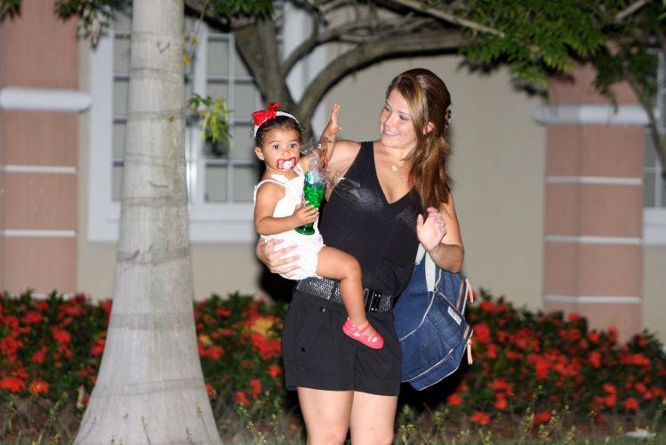 Samara Felippo e a filha, Alícia, deixam festa em comemoração ao primeiro aninho da filha de Raoni Carneiro e Fernanda Rodrigues, no Rio (11/12/2010)