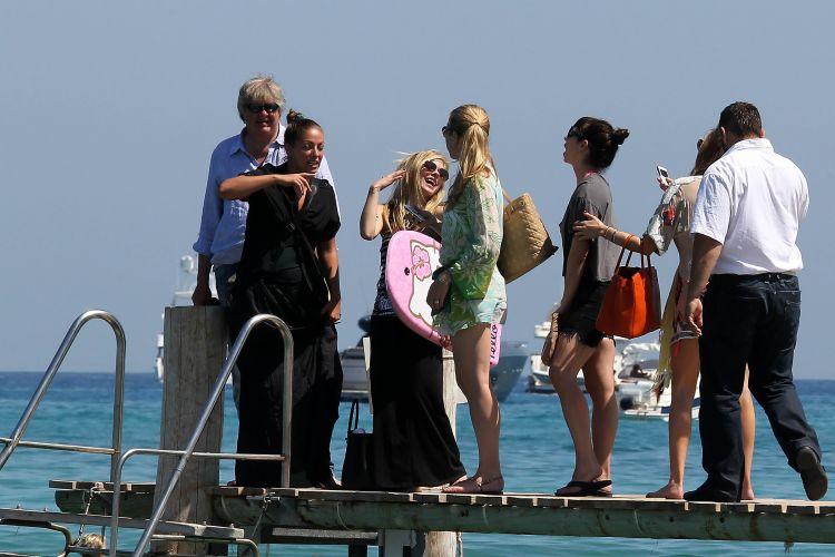 Ao lado de amigas, Avril Lavigne está curtindo dias de sol em St. Tropez, na França (26/6/11)