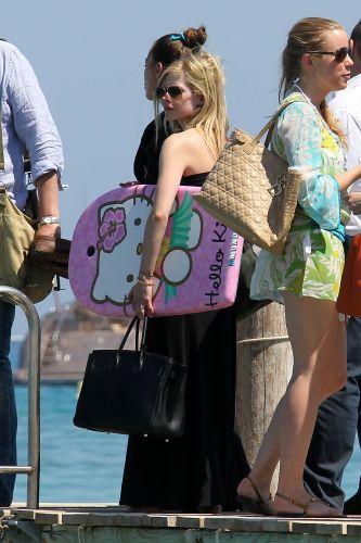 Com uma prancha de body board da Hello Kitty, Avril Lavigne aproveita dias de sol em St. Tropez, na França (26/6/11)