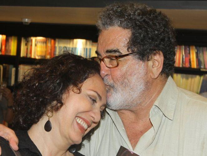 Os atores Otávio Augusto e Eliane Giardini prestigiam o lançamento da biografia