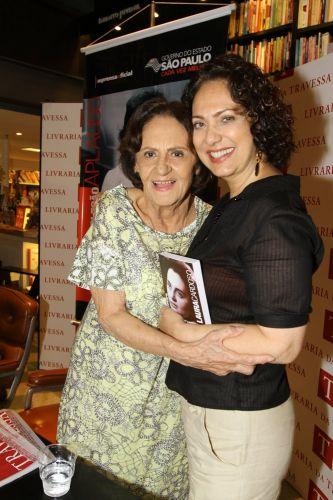 A atriz Eliane Giardini cumprimenta Laura Cardoso durante o lançamento da biografia