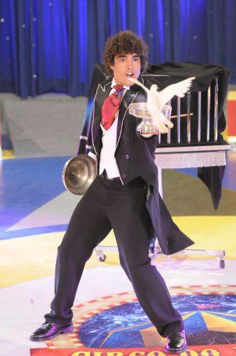O ator Caio Castro encarna o mágico durante o quadro