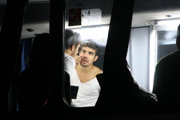 O ator Caio Castro se olha no espelho durante o intervalo de uma gravação de
