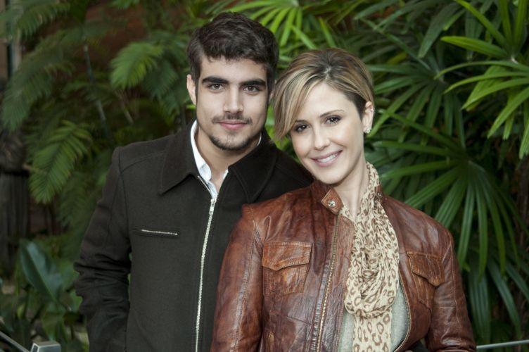 Os atores Caio Castro e Guilhermina Guinle posam para foto durante intervalo de gravação de