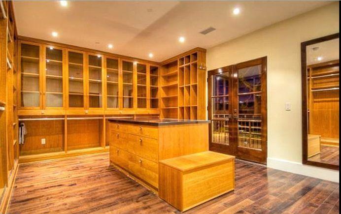 Uma das áreas internas da casa de Charlie Sheen, que está à venda (26/5/11)