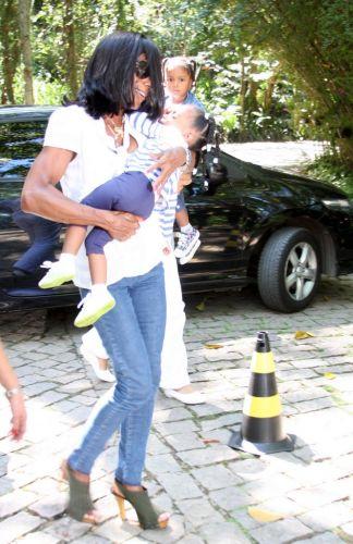 A jornalista Glória Maria vai com as filhas Maria e Laura ao batizado do pequeno Vittorio, filho de Adriane Galisteu e Alexandre Iódice, na manhã de sábado (27) em um spa de Itatiba, interior de São Paulo (27/11/2010)