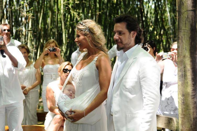 Usando um vestido assinado por Stella McCartney, Adriane Galisteu se casa com Alexandre Iódice e batiza o filho, Vittorio, então com três meses de idade (27/11/2010)