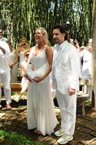 Em meio à natureza, o casal Alexandre Iódice e Adriane Galisteu se casa em Itatiba, interior de São Paulo (27/11/2010)