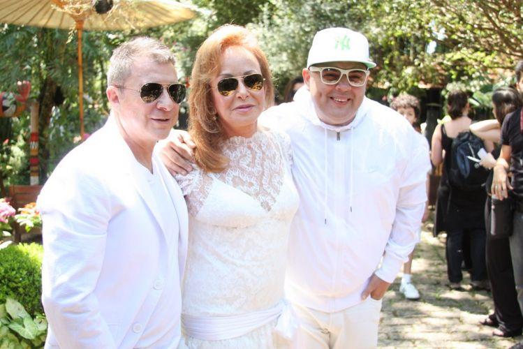 Os pais de Alexandre, Valdemar e Suely Iódice, festejam o casamento do filho ao lado do Dj Zé Pedro, na manhã de sábado (27), em Itatiba, São Paulo (27/11/2010)