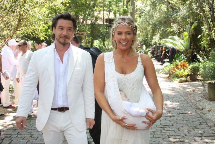 Alexandre Iódice caminha ao lado da mulher, Adriane Galisteu, e do filho, Vittorio, no spa que sediou as cerimônias que festejaram seu casamento com a apresentadora e o batizado de seu filho, em Itatiba (27/11/2010)